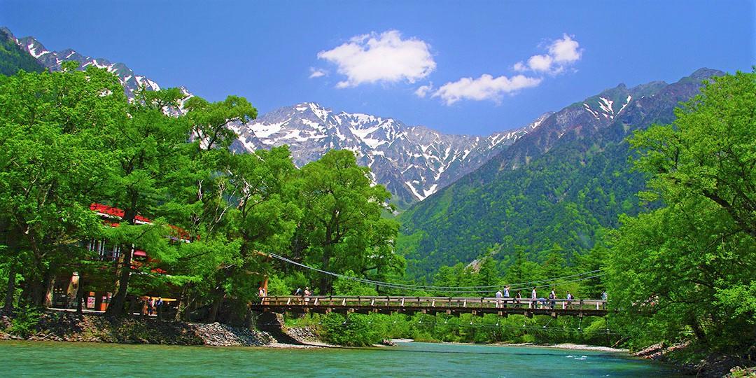 我们抬头看,前面就是阿尔卑斯山!让我们登上日本的代表景点---上高地吧!