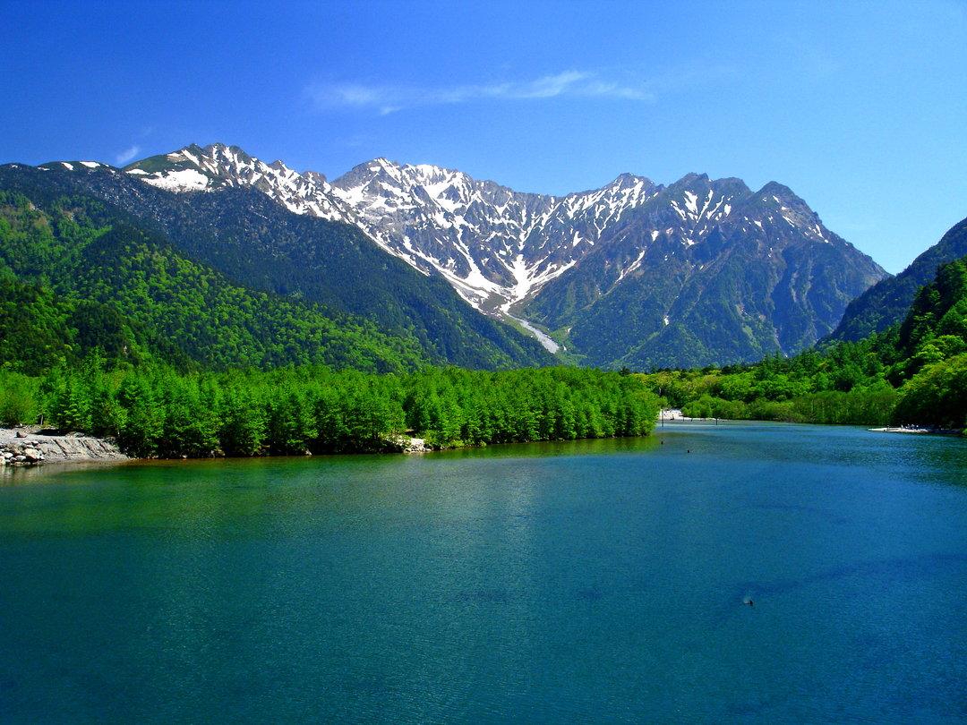 平靜如鏡的大正池水面上倒映著穗高連峰的美景。