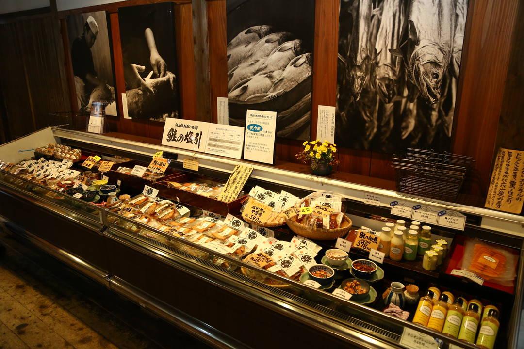 出售充分利用了村上三文魚製成的豐富多彩的商品