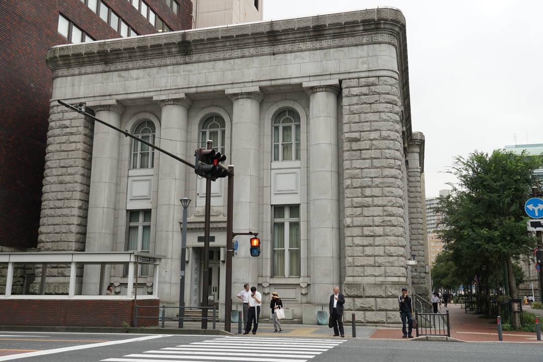 4本の支柱が大迫力「東京藝術大学大学院(旧富士銀行)」