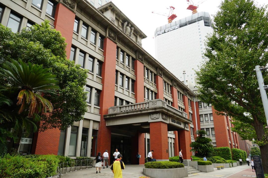 輸出のための生糸を検査していた建物が残る「横浜市合同庁舎(生糸検査所)」