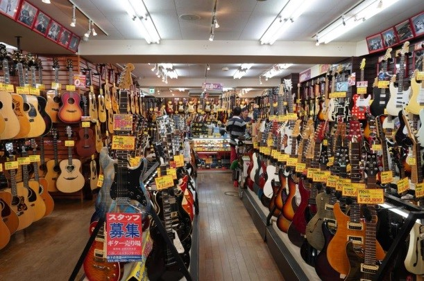 【下倉樂器二手店】1500多把日常庫存和周到的保養維護。每一把都是買了就可以馬上在演奏會使用的高品質吉他!