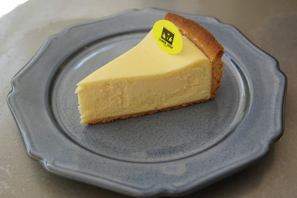 오랜 세월 사랑을 받아 온 치즈 케이크는 역시 '베이크드 치즈 케이크 /  레몬 드롭스'