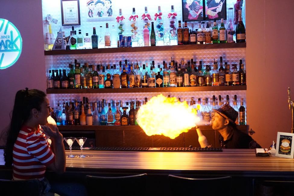 映画「カクテル」そのままの世界観! 炎を吹くショーは必見!【FLAIR & DINER S-PARK】