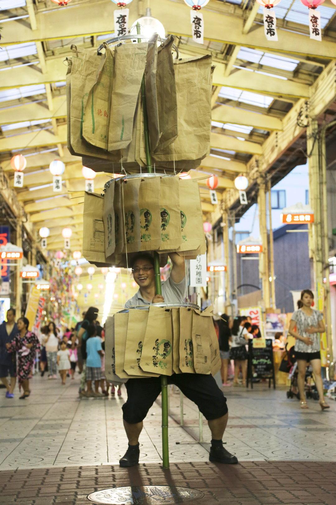 誰でも参加!ファッションタウンすみだの ″ファスニング・ショー″@桜橋  地元の繊維事業者等と協力し、子供から高齢者、障がい者も参加する「ファスニング(つながる)ショー」