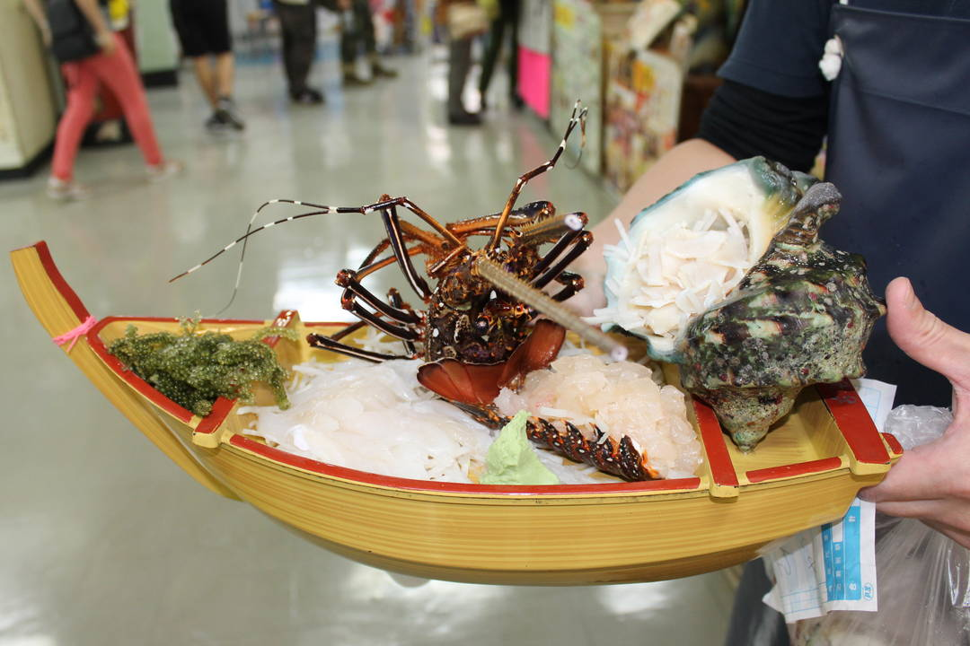魚介類は市場内で食べられます♪