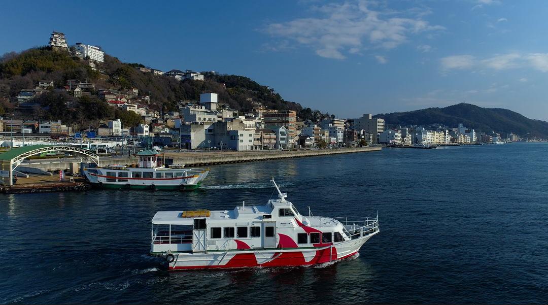 Seaway between Onomichi and Tomonoura (Pier in front of Onomichi station)