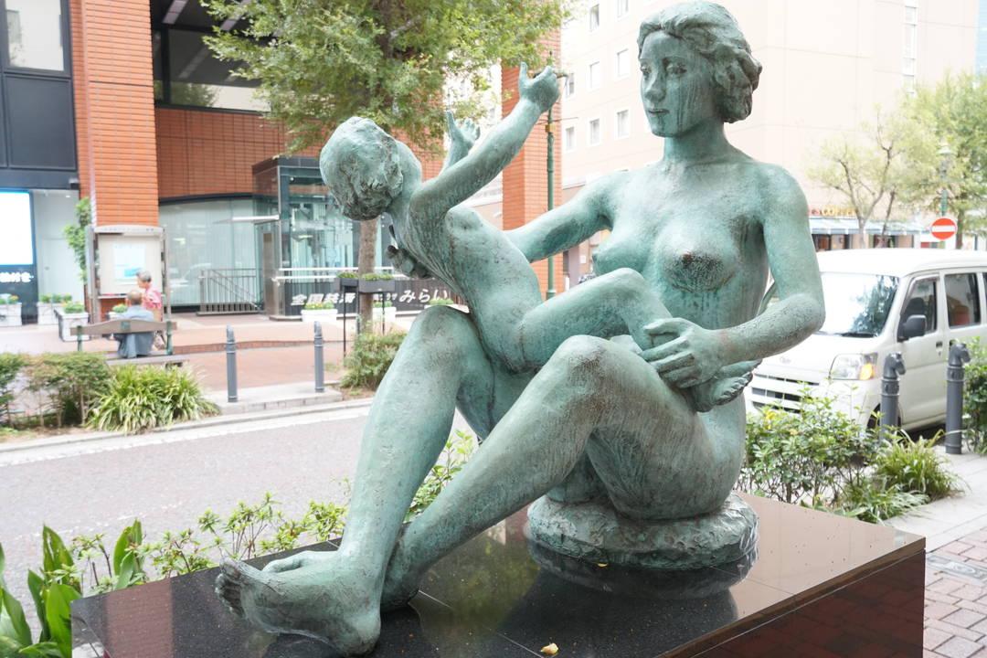 太陽と母子像
